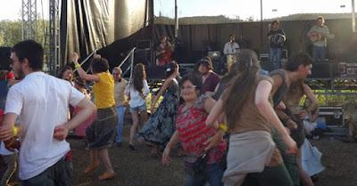 Pessoas dançando na Festa do Caldo de Quintandona