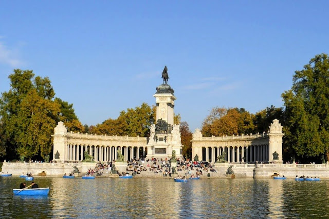 3 days in Madrid: Boats on the lake in Parque del Retiro