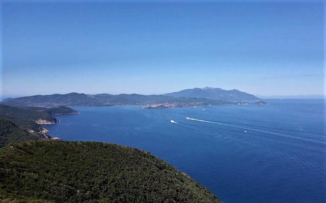 Veduta su Portoferraio e sulla Corsica dal semaforo di Monte Grosso