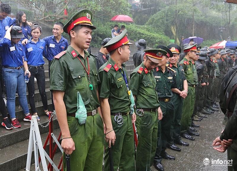 Chùm ảnh lực lượng tình nguyện đội mưa làm hàng rào tại Đền Hùng - Ảnh 9