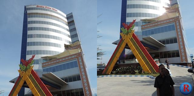 Pemred Riau JOS, Hendro JOS didepan gedung megah Graha Pena Riau, usai melihat-lihat apa yang bisa dilahirkan dari sebuah gedung megah selain biaya tinggi perawatan gedung, Senin, 26 September 2016