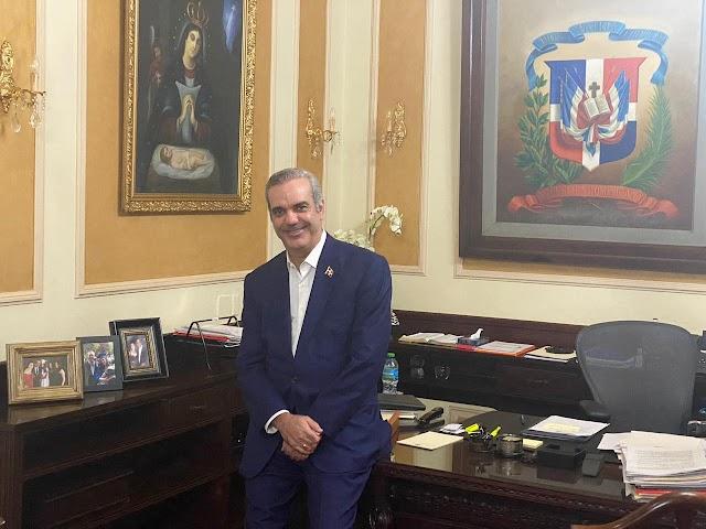 El presidente dominicano protege su figura con imagen de  la virgen de la Altagracia y símbolo patrio