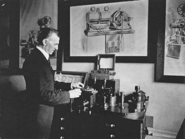 Se representa aquí a Nikola Tesla y una de sus invenciones. Esta imagen fue tomada en 1916.
