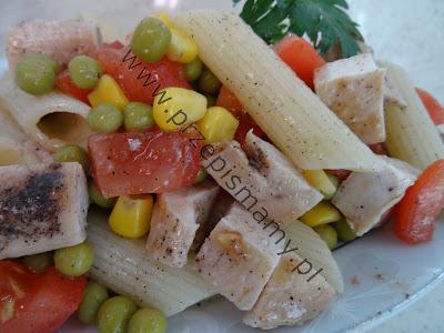Sałatka z makaronu i mięsa
