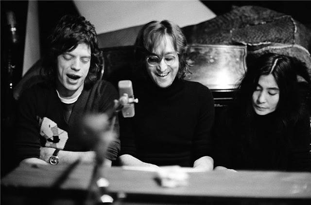 John Lennon, Mick Jagger y Yoko Ono improvisando canciones en el piano (1972).