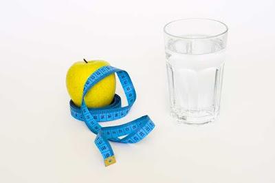 هل شرب الماء بكثرة ينزل الوزن؟