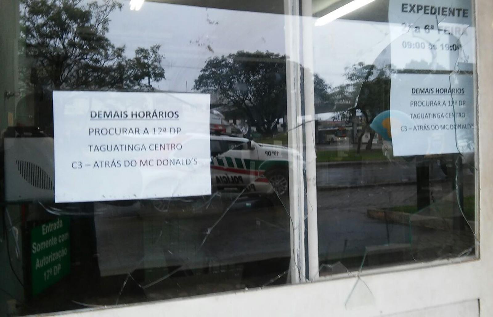 Travesti não é atendida em delegacia do DF e é detida por quebrar vidros com sapato
