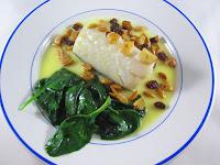 Bacalao con frutos secos, espinacas y su pilpil