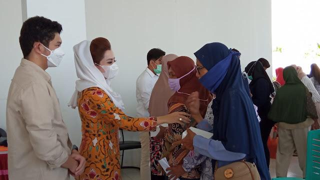Novita Bagi-bagi Paket Sembako, Suyatno: Anggota Dewan Harus Ngurusi Dapilnya