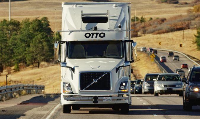 Caminhão Volvo VNL autônomo (sem motorista) percorrendo uma estrada nos Estados Unidos ao lado de outros automóveis