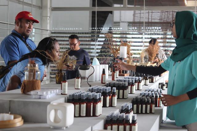 show room produk olahan minyak atsiri RAI (direktorijateng.com/wiwidsaktia)