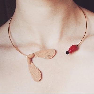 Collier graines d'érable et cynorrhodon Mapple and wild rose berry necklace statement jewel La Fille du Consul
