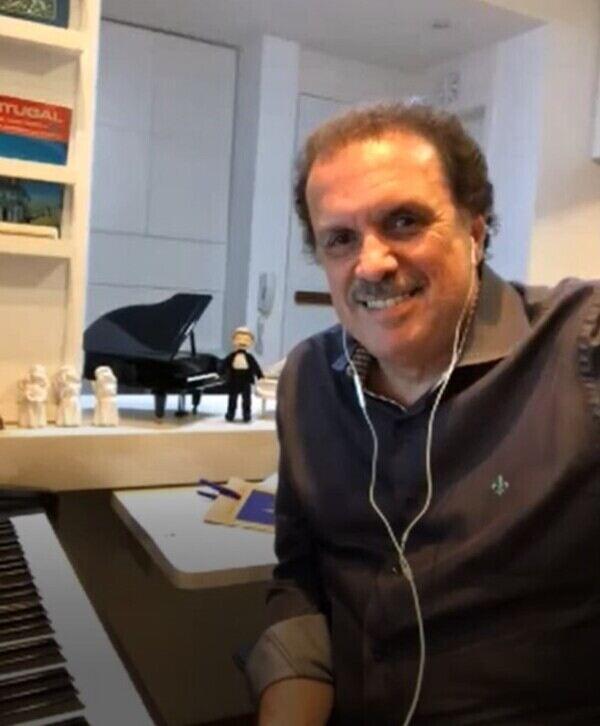No último sábado, dia 17 de julho, aconteceu mais uma Live Entre Amigos do maestro Eduardo Lages. Além da presença emocionada de dezenas de fãs, o momento teve também a participação especial dos cantores e compositores Zezé di Camargo e Carlos Colla.