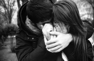 pareja abrazada tiernamente él le dice algo al oido