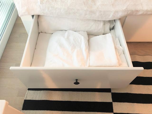 Lakanalaatikko. Minulla on petivaatteita kaikkiaan 2 tyynyä, 2 peittoa, 2 aluslakanaa, 4 pussilakanaa ja 4 tyynyliinaa. Lisäksi laatikossa on toinen valkoinen viltti, joita käytän sängyllä päiväpeittoina.