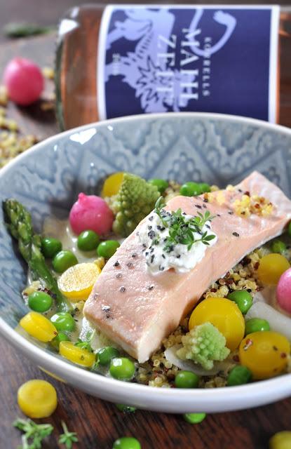 Lachs auf Quinoa-Korn mit Frühlingsgemüse und Kräuter-Sahnesauce