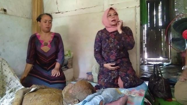 Ketua Penggerak PKK Kab.Pangandaran Kunjungi Abdul Azis Yang Terbaring Sakit