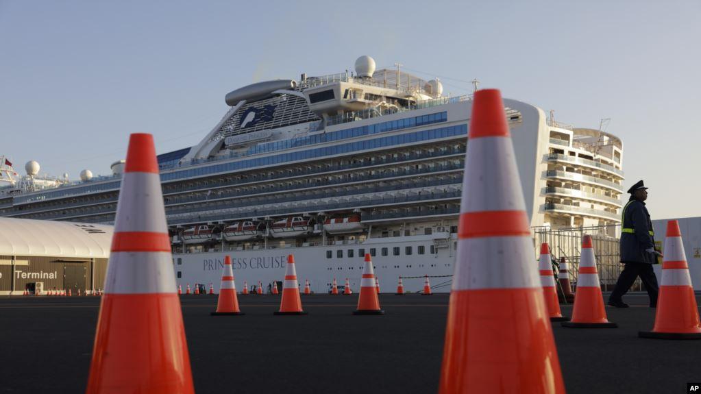 En esta foto del 13 de febrero de 2020, un guardia de seguridad camina frente al Diamond Princess, el crucero en cuarentena que atracó en Yokohama, Japón / AP