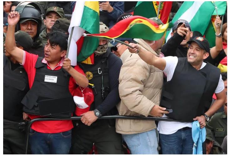 Marco Pumari a la izquierda, líder del comité cívico de Potosí junto Luis Fernando Camacho, líder del comité cívico de Santa Cruz, ondea la bandera / EFE