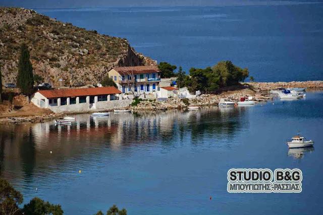 Ναύπλιο: Πανηγυρίζει το γραφικό εκκλησάκι των Αγίων Κωνσταντίνου και Ελένης στην παραλία Καραθώνας