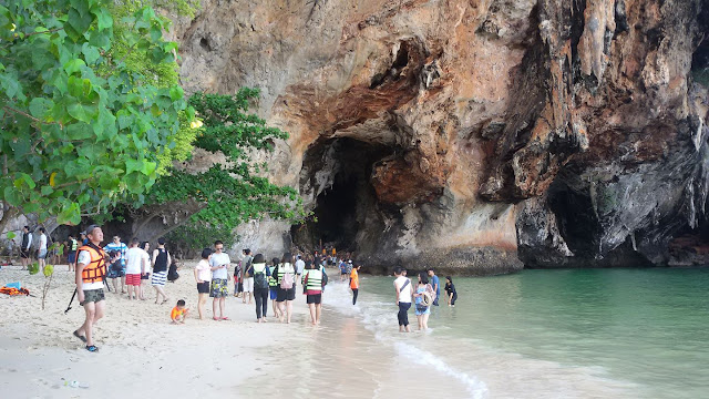 หาดถ้ำพระนาง หรืออ่าวถ้ำพระนาง อยู่ในเขตพื้นที่ของอุทยานแห่งชาติหาดนพรัตน์ธารา มีชายหาดที่สวยงามมากแห่งนึงใน ด้านในมีถ้ำพระนางซึ่งที่เป็นตั้งศาลพระนางที่ชาวเรือและคนท้องถิ่นให้ความเคารพนับถือ