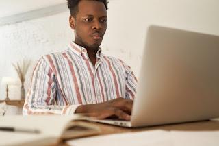 homem focado estudando