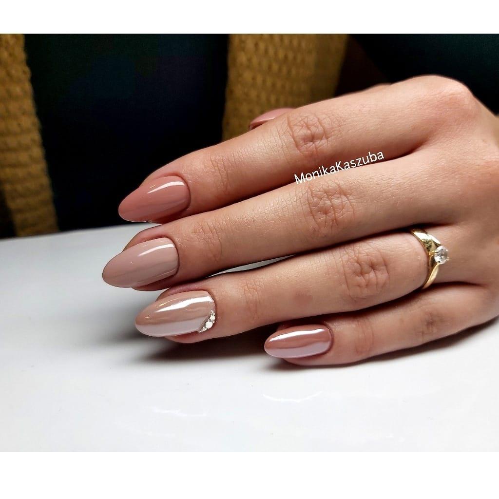 paznokcie beżowe