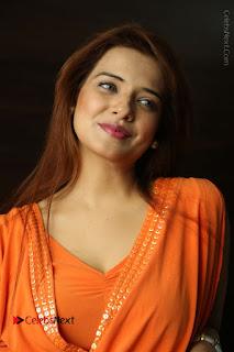 Actress Saloni Aswani Pos in Short Dress at Meelo Evaru Koteeswarudu Movie Interview  0057.JPG