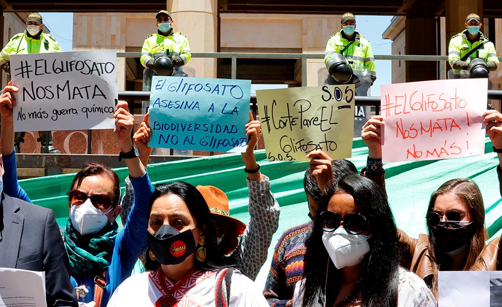 Reúnen más de 20.000 firmas para impedir fumigación aérea con glifosato en el país