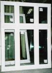 Białe okno dwurzędowe z drewna
