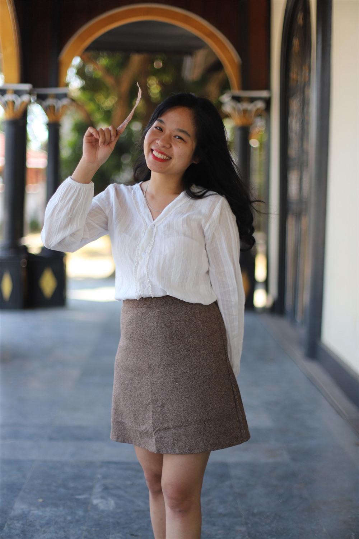 Thiếu nữ khoe sắc trong nhà thờ gỗ Kon Tum.