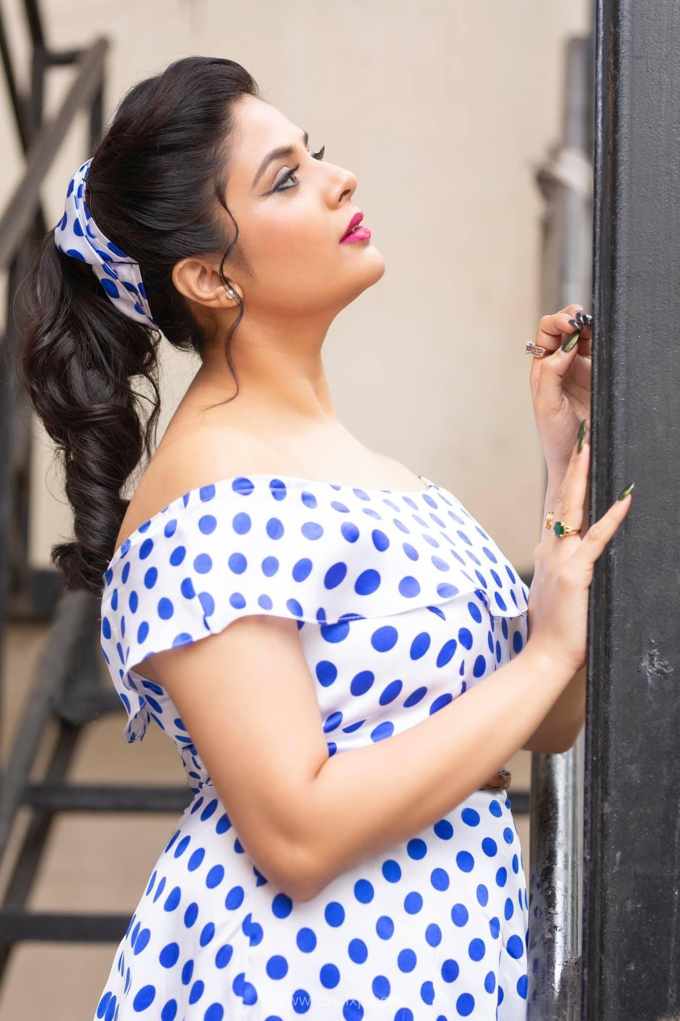 actress srimukhi images