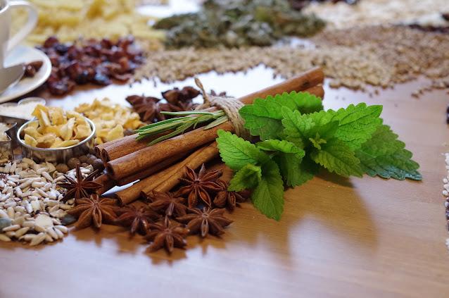 canela  y otras especias decorada con hierbas