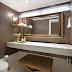 Lavabo sofisticado com decor clássico branco e dourado com papel de parede de mica!