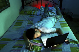 main laptop di atas kasur