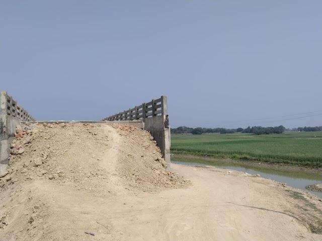 शिवनगर-माधोपुर में पुल निर्माण कर बगैर एप्रोच बनाएं संवेदक गायब