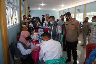 Kapolres Lingga Bersama Bupati Lingga Tinjau Vaksinasi Di SMK N 1 Dabo Singkep