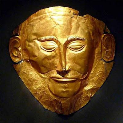 """La maschera mortuaria d'oro conosciuta come la """"Maschera di Agamennone"""", trovata nella Tomba V di Micene da Heinrich Schliemann nel 1876. (Museo Archeologico Nazionale di Atene)"""