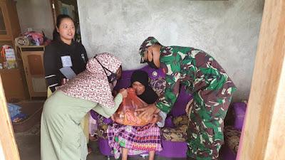Bersama Rimba, Kopassus Berbagi Sembako di Kaki Gunung Gede Pangrango