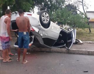Homem perde o controle do veículo, invade canteiro central e capota em ciclovia