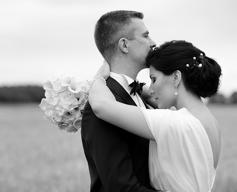 baltai juoda vestuvinė fotografija