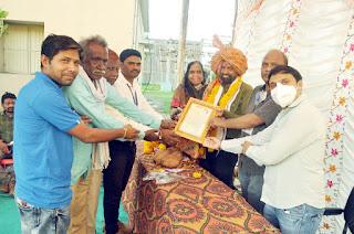सेवानिवृत्त हुए राधेश्याम बैरागी को विभागीय कर्मचारियों द्वारा साफा बांधकर दी विदाई