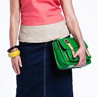 Женщина за 50 с зеленой сумкой и желтым браслетом