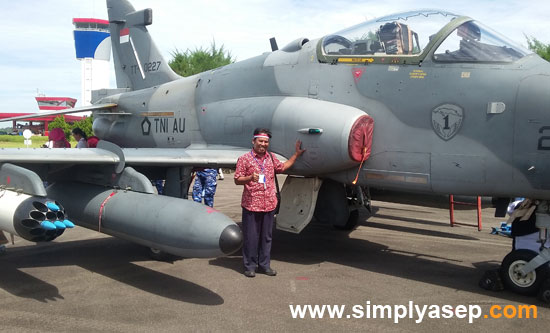 STYLE  :  It was rarely for me to take photo selfie with any fighter jet like this. Now I have had the opportunity to take selfie picture with Hawk 200 belongs to Supadio Airbase . Photo Ahmad Suroso/Pemred Tribun Pontianak