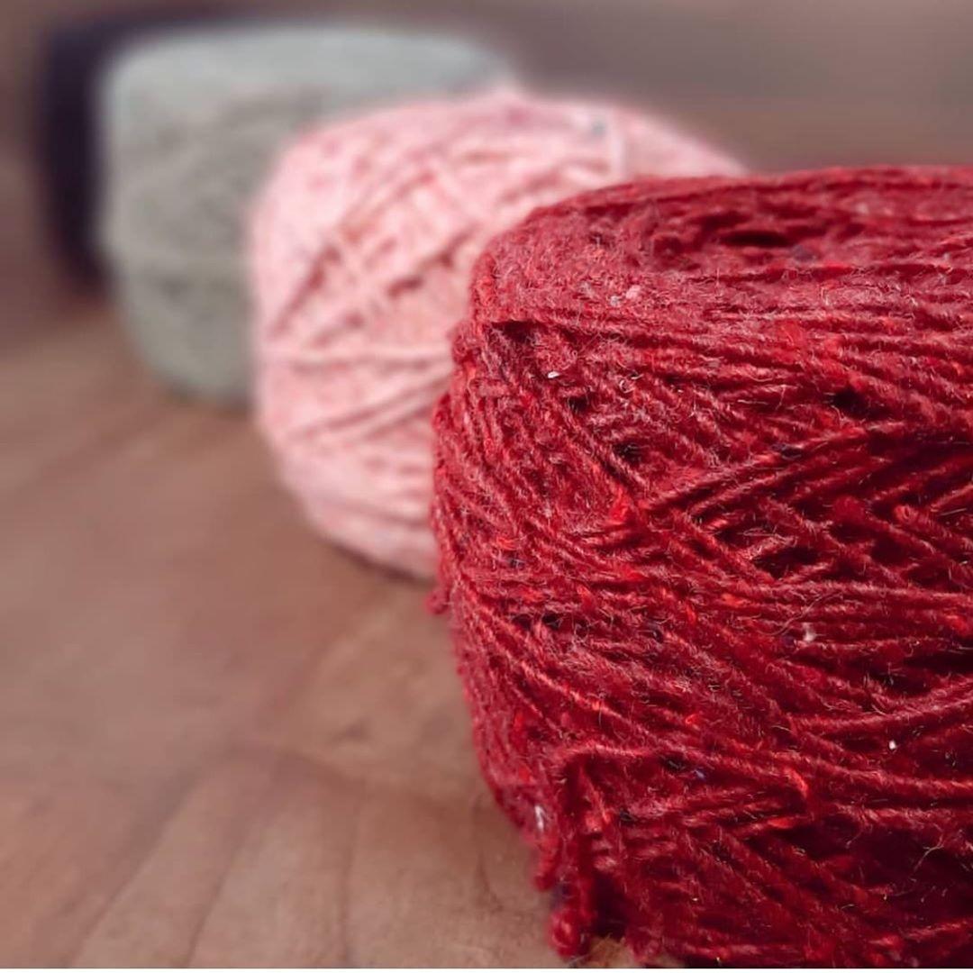 En la foto ovillos Ecocitex de color rojo, rosado y gris