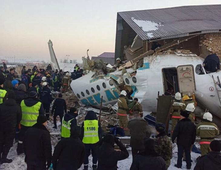 Muertos y heridos al estrellarse un avión con 98 pasajeros en Kazajistán