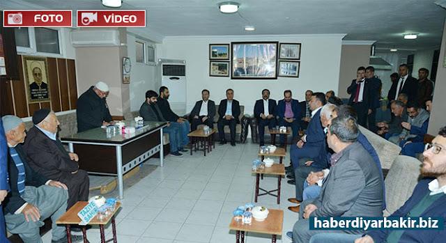 DİYARBAKIR-Diyarbakır Valisi Hüseyin Aksoy, merkez Bağlar ilçesinde cuma günü PKK'nin bomba yüklü araçla düzenlediği saldırıda hayatını kaybedenlerin ailelerine taziye ziyaretinde bulundu.