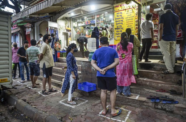 केंद्रीय गृह मंत्रालय ने शुक्रवार को नोटिफिकेशन जारी कर 25 अप्रैल से बाजारों में दुकानें खोलने की अनुमति देने का फैसला