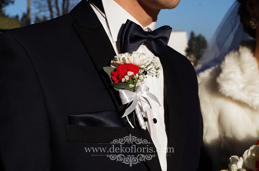 Bukiet ślubny białe kwiaty z czerwonym i szarym akcentem butonierka pana młodego