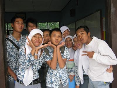 XII IPA 5 SMAN 1 KLARI 2012 Pakai Baju Batik | Di Kelas | di Parkiran